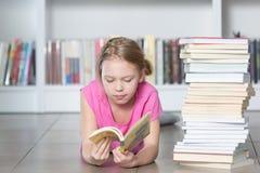 Милая книга чтения девушки в библиотеке Стоковое Фото