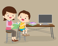 Милая книга чтения мальчика и матери совместно иллюстрация вектора