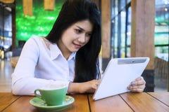 Милая коммерсантка используя таблетку в кафе Стоковое Изображение