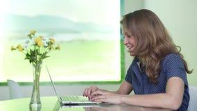 Милая коммерсантка на видеоконференции в офисе, Skype акции видеоматериалы