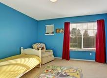 Милая комната детей с голубыми стенами Стоковое фото RF
