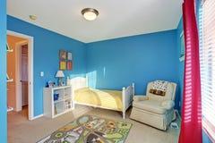 Милая комната детей с голубыми стенами Стоковое Изображение RF
