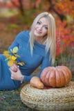 Милая красивая женщина дамы девушки с светлыми волосами в стильном платье при шляпа стоя в лесе осени Стоковое фото RF