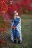 Милая красивая женщина дамы девушки с светлыми волосами в стильном платье при шляпа стоя в лесе осени Стоковая Фотография RF