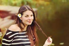 Милая красивая женщина при стоцвет в длинных волосах наслаждаясь harmon Стоковые Изображения RF
