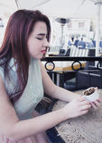 Милая крышка владением маленькой девочки турецкого кофе, смотря падение, форт Стоковые Фотографии RF