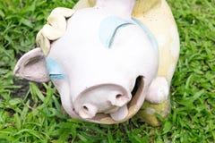 Милая кукла свиньи улыбки в траве Стоковые Изображения RF