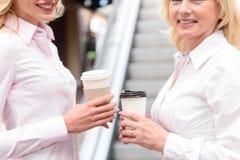 Милая мать и дочь наслаждаясь горячим питьем Стоковые Фото