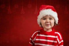 Милая маленькая девочка в красной шляпе santa стоковые изображения
