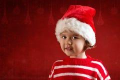 Милая маленькая девочка в красной шляпе santa стоковые фотографии rf