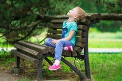 Милая маленькая девочка в парке в летнем дне Стоковое Фото