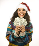 Милая маленькая девочка в шляпе santas красной с деньгами Стоковое фото RF