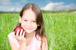 Милая маленькая девочка держа яблоко Стоковое Фото