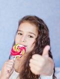 Милая маленькая девочка есть леденец на палочке Стоковая Фотография RF