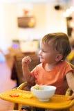 Милая маленькая девочка есть спагетти на малом ресторане Стоковые Фото