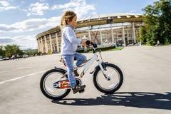 Милая маленькая девочка ехать быстро велосипедом Стоковые Изображения