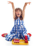 Милая маленькая девочка играя в кукольном домике Стоковая Фотография
