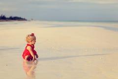 Милая маленькая девочка играя на пляже лета Стоковые Изображения RF