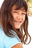 Милая маленькая девочка играя на пляже на песке Стоковые Фотографии RF