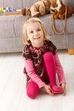 Милая маленькая девочка играя дома на усмехаться пола Стоковая Фотография
