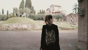 Милая маленькая девочка идет вокруг Рима, Италии, видя над антиквариатом Турист исследует старые руины акции видеоматериалы