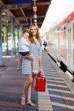 Милая маленькая девочка и мать на железнодорожном вокзале Стоковое Изображение RF