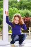 Милая маленькая девочка и окно pvc Стоковое Изображение