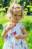 Милая маленькая девочка идя в парк Стоковые Изображения