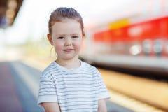 Милая маленькая девочка на железнодорожном вокзале Стоковые Фото