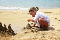 Милая маленькая девочка на пляже Стоковое Изображение RF