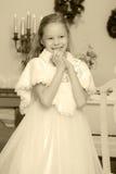 Милая маленькая девочка на рождестве камин Стоковые Изображения