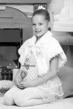 Милая маленькая девочка на рождестве камин Стоковое Фото