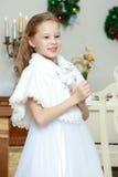 Милая маленькая девочка на рождестве камин Стоковое Изображение