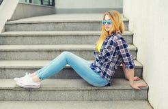 Милая маленькая девочка нося checkered рубашку и солнечные очки стоковые фото