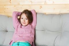 Милая маленькая девочка отдыхая на террасе Стоковая Фотография RF