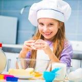 Милая маленькая девочка подготавливая печенья Стоковое Фото