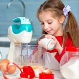 Милая маленькая девочка подготавливая печенья Стоковая Фотография