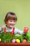 Милая маленькая девочка принимая пасхальное яйцо стоковые фотографии rf