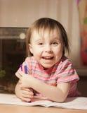 Милая маленькая девочка рисует с ручкой войлок-подсказки Стоковые Изображения