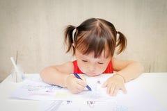 Милая маленькая девочка рисует с crayon в preschool, неограниченном неоглядном воображении через красочное: дети Стоковые Фотографии RF