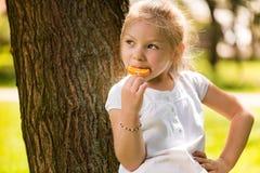 Милая маленькая девочка с леденцом на палочке Стоковое Изображение