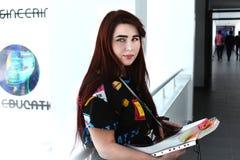 Милая маленькая девочка с длинным красивым исследованием волос в университете, Стоковое Изображение