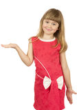 Милая маленькая девочка с открытой рукой на белом bac Стоковое Изображение