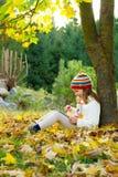 Милая маленькая девочка с ПК таблетки Стоковая Фотография