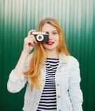 Милая маленькая девочка с ретро винтажной камерой в городе Стоковое Изображение