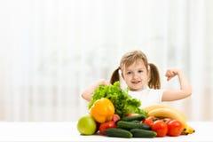 Милая маленькая девочка с свежими фруктами Стоковое фото RF