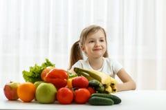 Милая маленькая девочка с свежими фруктами Стоковая Фотография RF