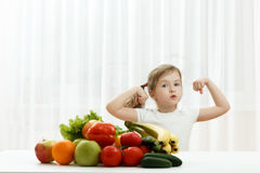Милая маленькая девочка с свежими фруктами стоковые фото