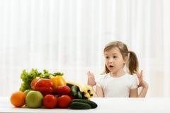Милая маленькая девочка с свежими фруктами стоковые изображения rf