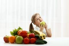 Милая маленькая девочка с свежими фруктами стоковые фотографии rf